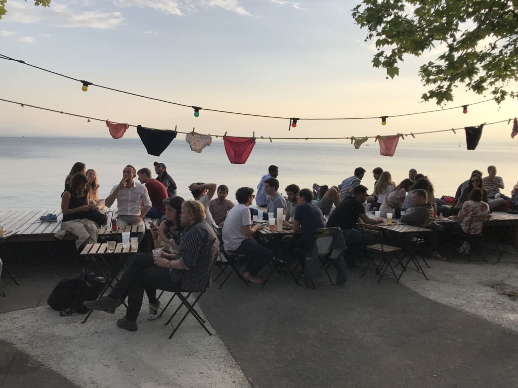 Un deck, le lac et un Bar, Bienvenue au « Minimum » à Lausanne